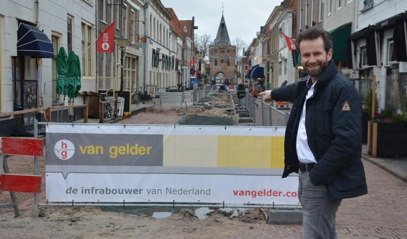 <p>Portefeuillehouder Arjan Klein verwijst naar de werkzaamheden richting de Vissoort..</p>