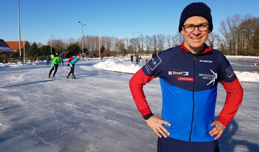 <p>Vol trots staat HIJC-voorzitter Bob Groenewoud op &#39;zijn&#39; ijsbaan, die afgelopen vrijdag openging: &#39;Het is ons weer gelukt!&#39; (Foto: Linda Meijer)</p>