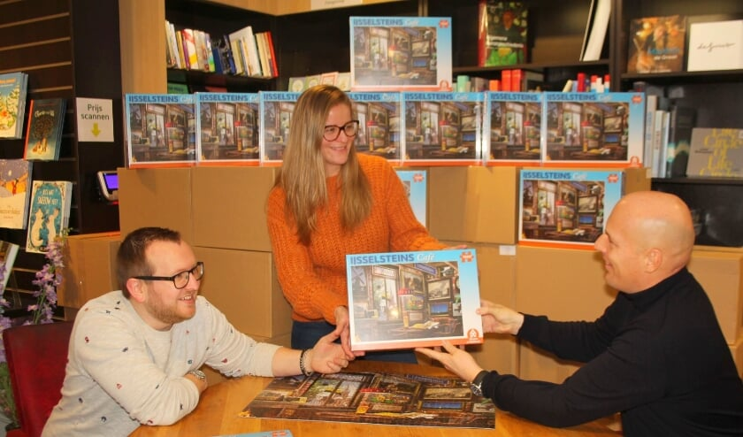 <p>Wouter Vermaat (rechts) ontvangt uit handen van Stephan en Melvienne Mulder van The Readshop de eerste IJsselsteinpuzzel: &quot;We zijn wel klaar met voor de tv hangen.&quot; (Foto: Lysette Verwegen)</p>
