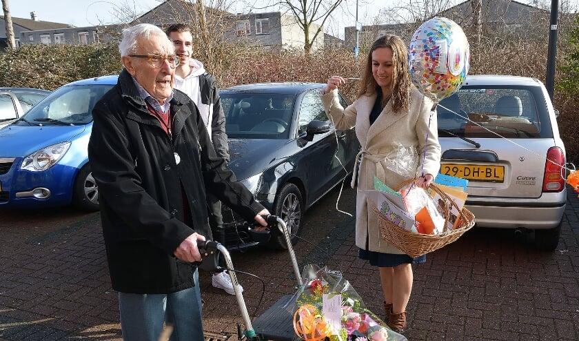 <p>Toch een beetje feest. Wat een mooie verrassing voor Bram, van zijn familie. (Foto: Jan van der Arend)</p>