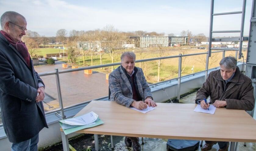 <p>Wethouder Jaap Groothuis en Harry Frens (Schootbrugge Holding BV) ondertekenden - onder toeziend oog van notaris Pieltjes – de overeenkomst.&nbsp;</p>