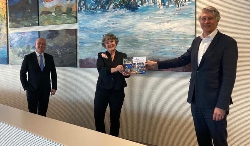 <p>Margreet van Gastel overhandigt de nieuwe toekomstvisie aan dijkgraaf Hein Pieper. Links bestuurslid Reinoud van Assendelft de Coningh..&nbsp;</p>