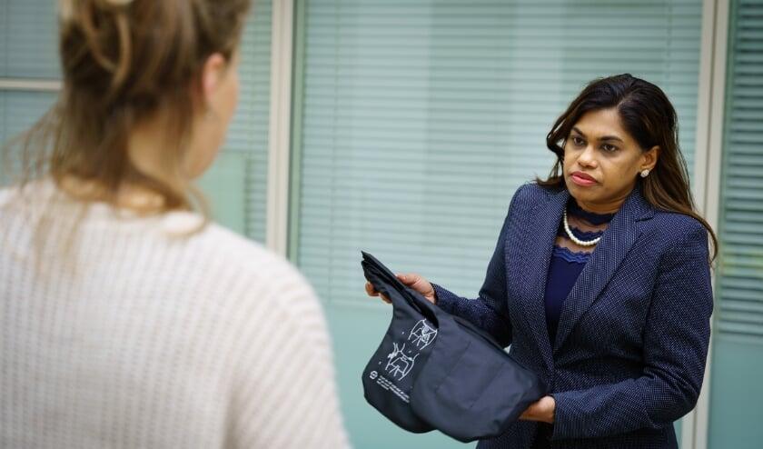 <p>Wethouder Kavita Parbhudayal met de Wolk: een heupairbag voor valpreventie. Foto Martijn Beekman</p>