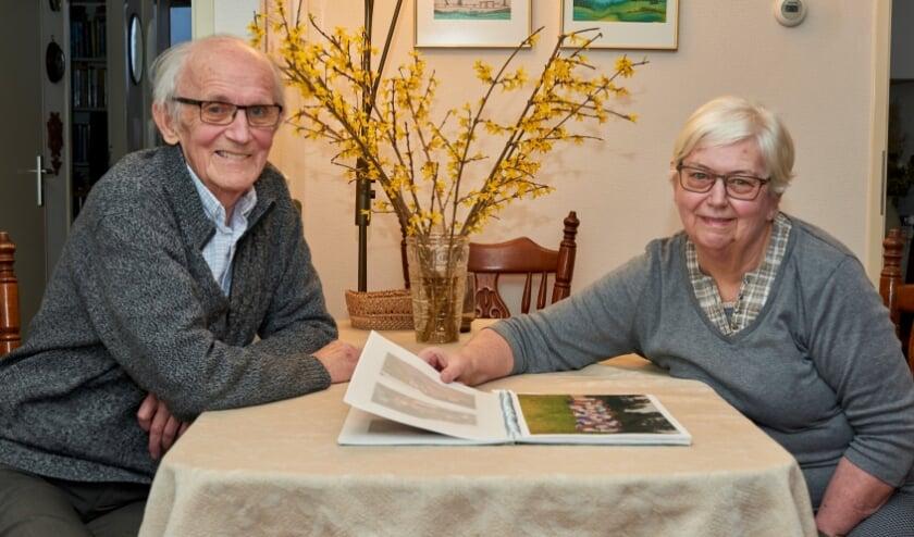 <p>Bij het bladeren in een van de plakboeken komen er bij Goossen en Grietje mooie herinneringen terug.</p>