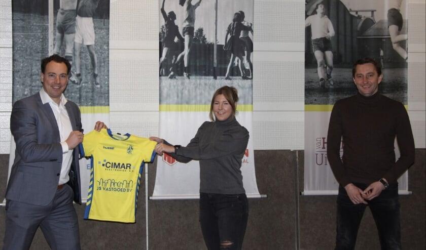 <p>Op de foto van links naar rechts Topkorfbal Manager Arnold Burger, Janine van Schie en bestuurslid Korfbalzaken Bob de Jong.</p>