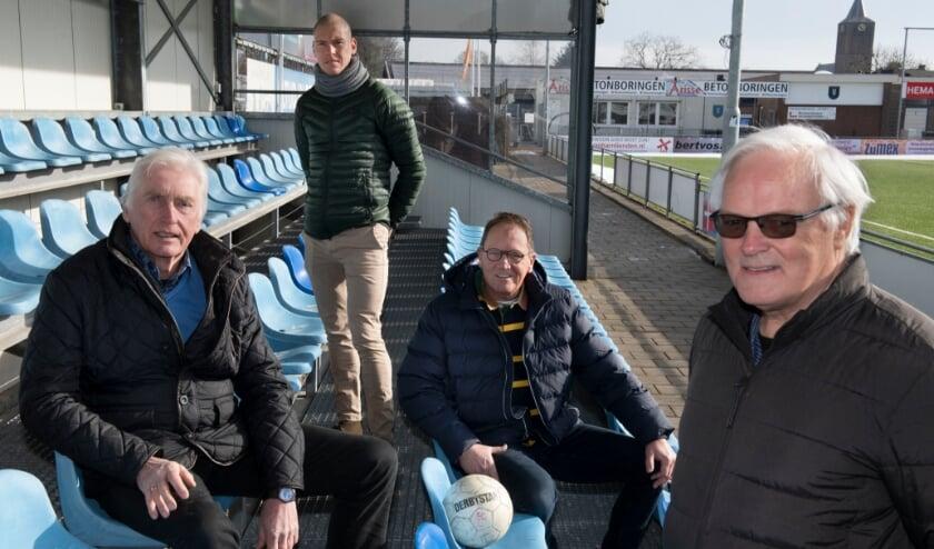 <p>Van links naar rechts: Het bestuur bestaande uit Dick van Ommeren, Joris Maier, Gerdjan Keller en Bert van Duren.</p>