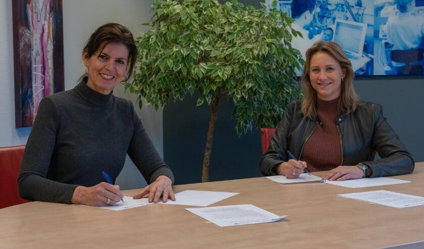 <p>Astrid Posthouwer (l.) lid Raad van Bestuur Meander MC en Leonie Boven lid RvB St Jansdal tekenen de samenwerkingsovereenkomst voor de uitbreiding van de zorg voor nierpatiënten.</p>