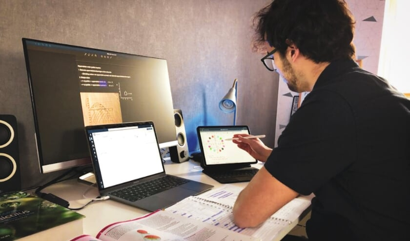 Sam Beckers geeft online bijles aan Alfrink leerlingen