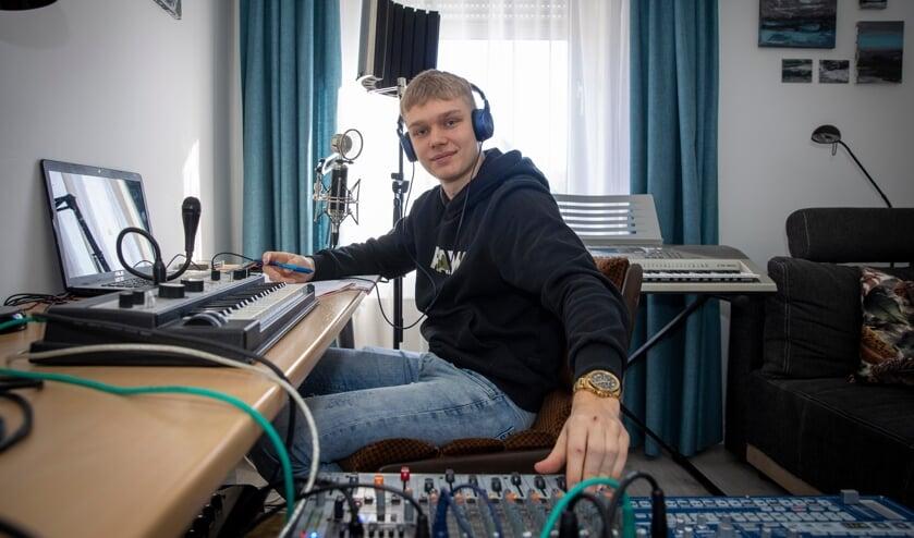 <p>Davy van Tienen (19) is al jaren bezig met het schrijven van teksten en maken van muziek.</p>