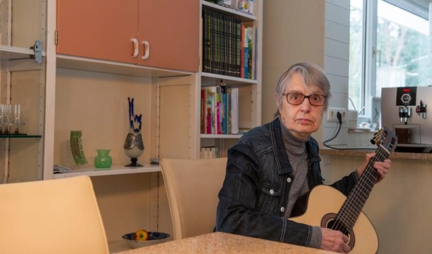 <p>Mevrouw Bijlsma (79) volgt sinds enkele jaren klassiek gitaarles bij Jan-Bertil Pool. &quot;Het geeft me zeer veel plezier&quot;, aldus de oudste muziekleerling van Cultuurplein Noord Veluwe. Foto: Dennis Dekker&nbsp;</p>