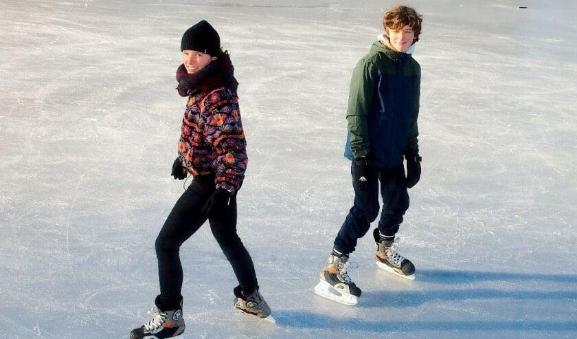 <p>Lekker schaatsen op natuurijs: Kees en Hasse&nbsp; zijn sportief bezig op de Noordenbergsingel. (foto Gert Perdon)</p>