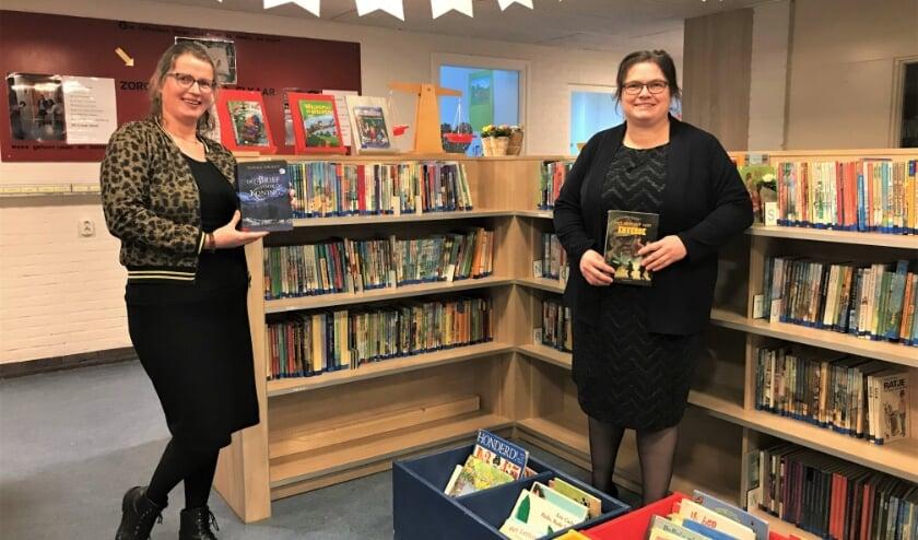 <p>Marieke en Jolanda op de foto met hun favoriete boek uit de schoolbieb.</p>
