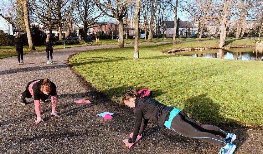 <p>&nbsp;Zaterdag in Park Rijnstroom in Alphen, Nanne (li) en Alineke doen mee aan de duo-workouts vann Mom in Balance. FOTO: Jolien Surink</p>