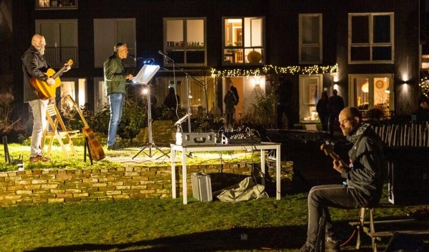 <p>Ruud (gitaar en zang), Anne (zang) en Job (basgitaar) speelden samen Stand by me van Ben E. King in de Warmoestuin.</p>