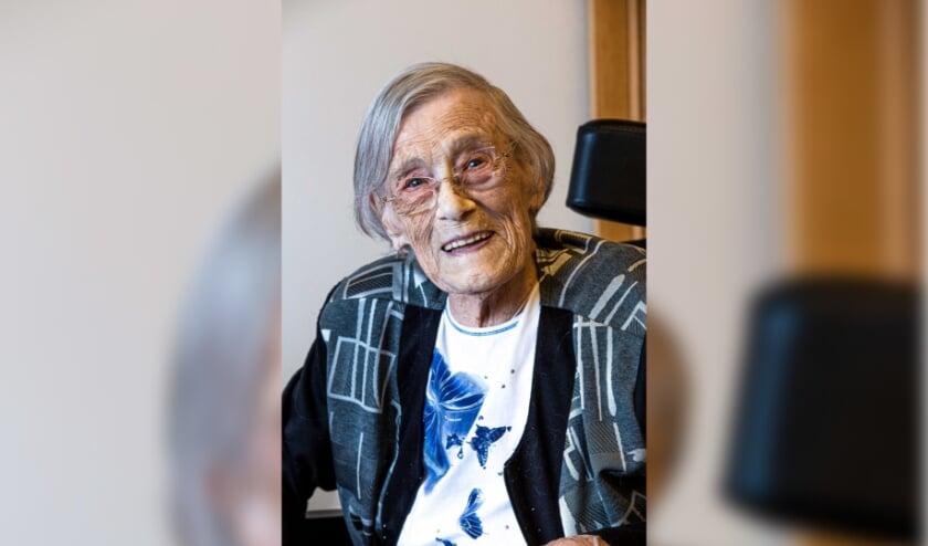 <p>Maria Hazewindus was nooit zo bezig met haar leeftijd. Twee keer knipperen, en opeens is ze honderd! (Foto: Randy van Gameren)</p>