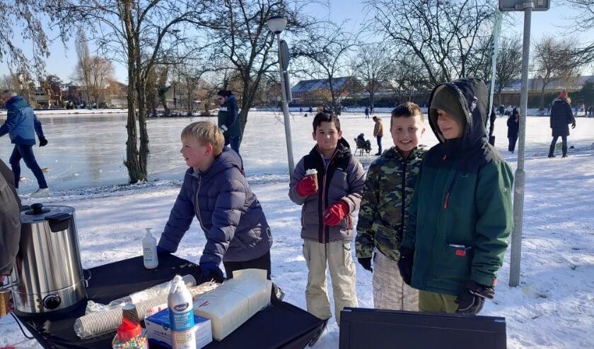 <p>De Stichting WOP Ketensche Polder deelde chocolademelk en koek uit tijdens het schaatsen op de vijver.</p>