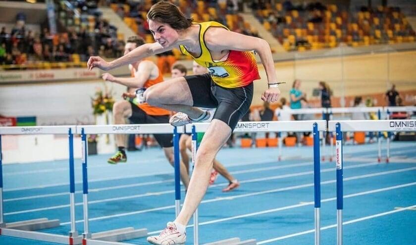<p>Jaap van Zevenbergen in actie op de 60 meter horden. In Apeldoorn kwam de Fortuna-atleet op de Nederlandse kampioenschappen indoor net niet in de finale. Foto: Max Kooijmans</p>