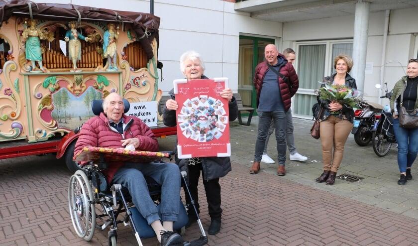 <p>Jan en Riet krijgen van de kinderen een fotocollage voor hun zestigjarige bruiloft</p>