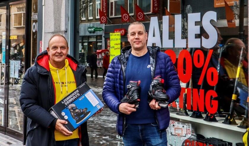 <p>De mannen van Versteeg Outlet (links Rob Versteeg samen met Jeroen van Wijk) aan de Hoofdstraat hebben in de afgelopen dagen dankzij facebook goede zaken gedaan. (Foto: PR)</p>