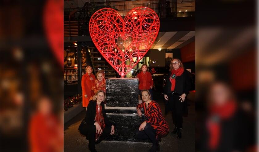 De zes leden van de Nationaal Service Commissie van links naar rechts Leontien Koning, Susanne Metelenkamp Cappenberg, Marije Reijs, Carla Holtkamp, Pauline gadjadj, Sandy Blaaboer