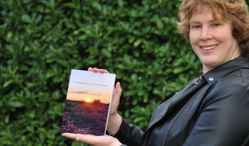 <p>Monique Timmermans met een exemplaar van haar boek &#39;Natuurlijk gedacht&#39;</p>