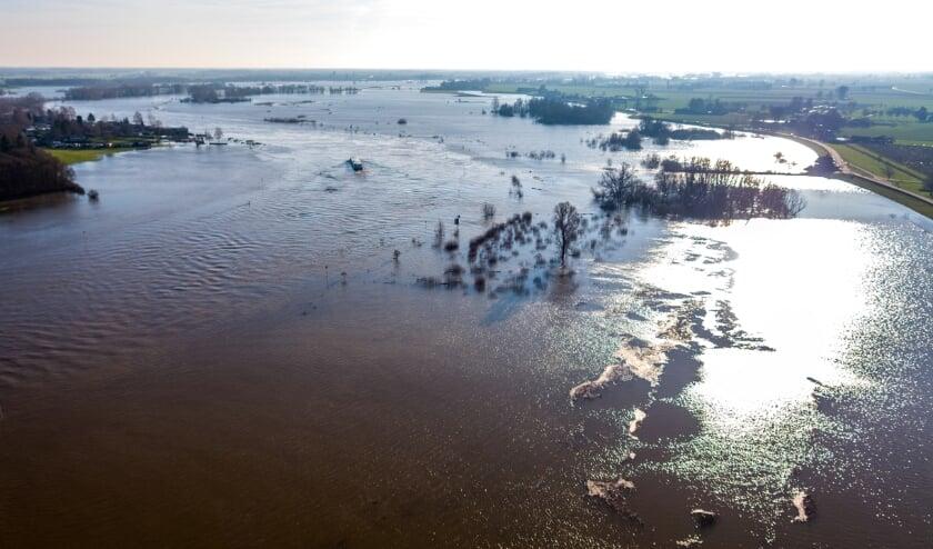 <p>Het waterpeil in de uiterwaarden beweegt mee met het waterpeil in de rivier. Als daar na vorst ijs op ligt, zal het ijs bij de kanten scheuren en afbreken.</p>
