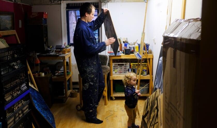 <p>Tobias Lengkeek aan het werk in zijn atelier in Schiedam voor zijn werk in het Schreiershuisje (Foto: Teuntje Fleur)</p>