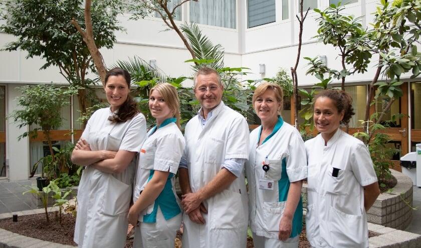 <p>Samenwerking voor de beste zorg bij het carpaal tunnelsyndroom. V.l.n.r. Margot Veerman (plastisch chirurg), Aloise de Bruyn (polikliniekassistente), Michel Schouten (handchirurg), Herma van Meeteren (KNF), Tanja-Anne Hoogendoorn (neuroloog). De foto is gemaakt in januari 2020.</p>