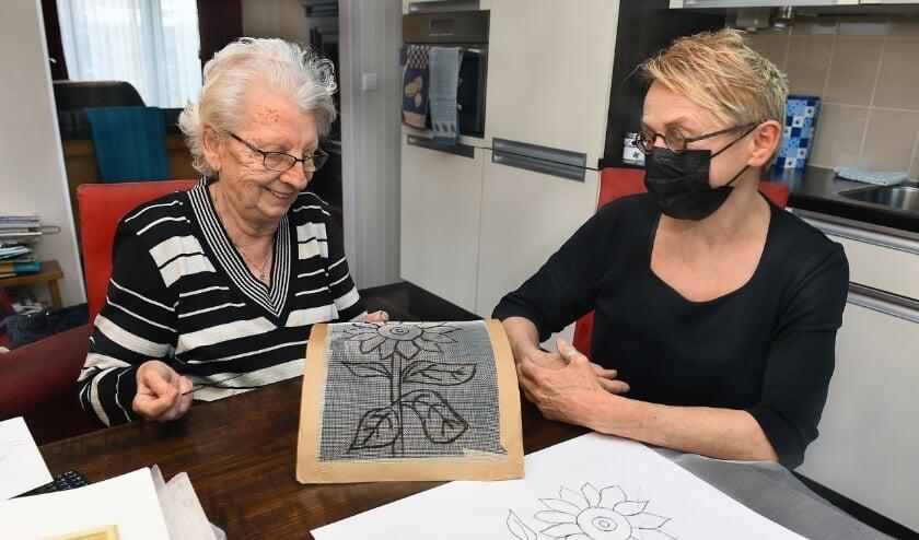 Mevrouw Miep Veldink (links) en kunstenaar Thea Zweerink. (foto: Roel Kleinpenning)