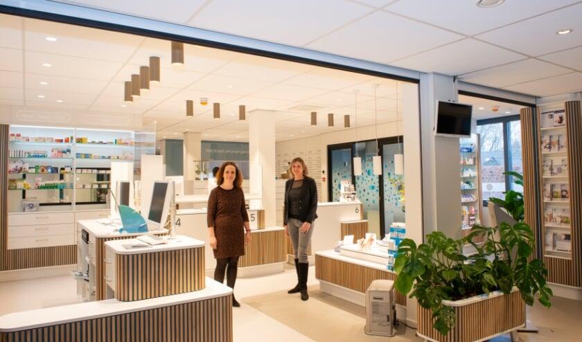 <p>Medisch Centrum Willem Tell in Epe wordt verbouwd. De Service Apotheek Epe is onlangs opgeleverd. Olga van Vemde (rechts) vertelt er over. Huisarts Martine Heemskerk (links) verhuist naar het centrum.</p>