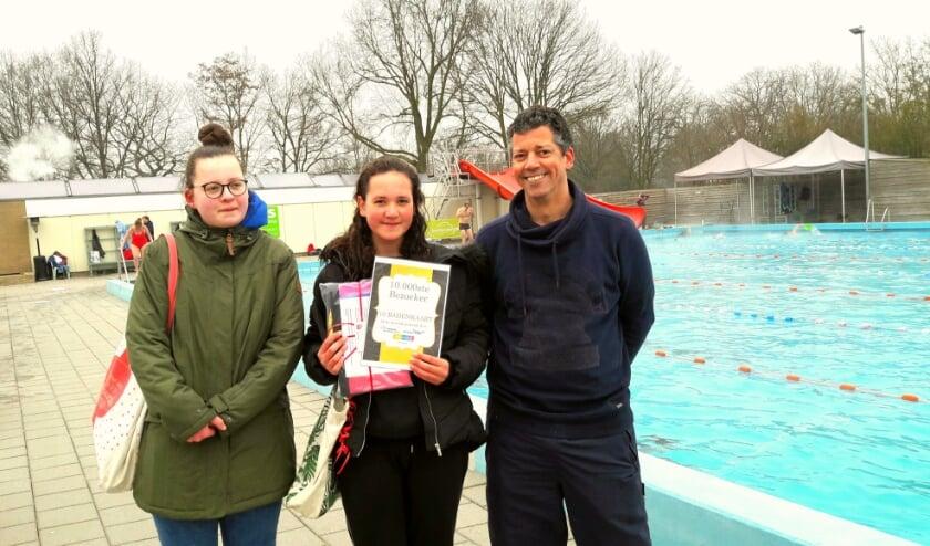 <p>Wie is de 10.000-ste winterzwemmer van vader en twee dochters Bean uit Doesburg? De middelste... Robin!</p>