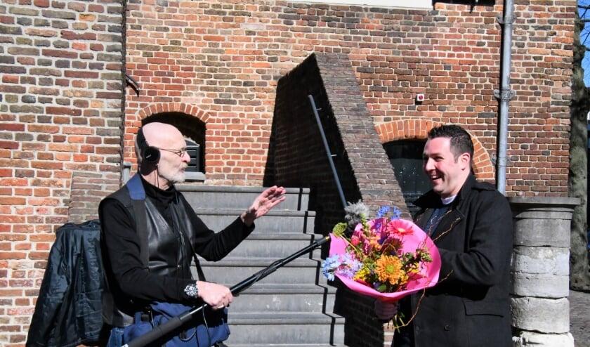 Ronald Damen van Brabant Zoals het Was (r.) wordt tijdens de huldiging van 3000e lid van Oirschot Zoals Het Was geïnterviewd door Jan van der Avort.
