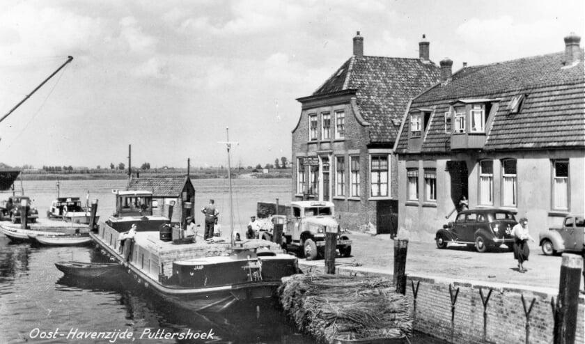 <p>Het welbekende &#39;caf&eacute; Verkerk&#39; aan de Oosthavenzijde. (Foto&#39;s: Archief Arie Pieters.)</p>