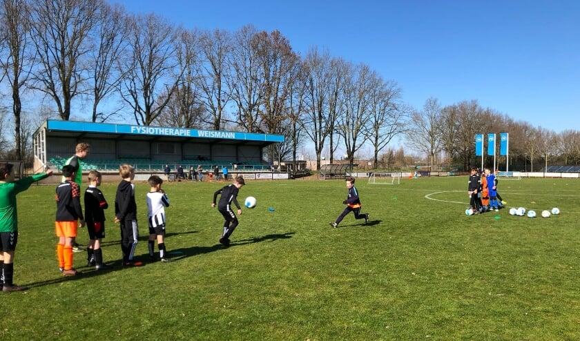 Voetballers RKVV Waalre tijdens training