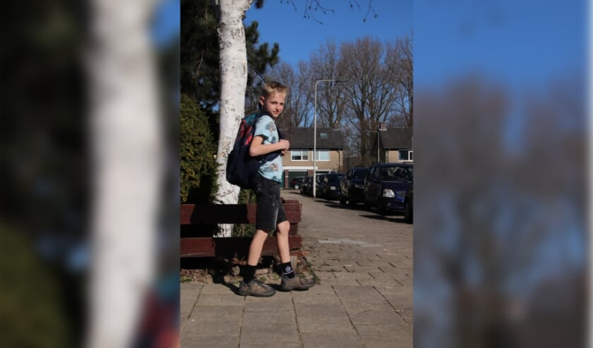 <p>&nbsp;Jonathan Hamelink op weg naar school. &Eacute;n op pad voor een goed doel.&nbsp;</p>