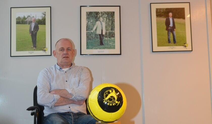 <p>Voorzitter Ben Schreurs met achter zich een eregalerij van VSCO bestuurders.</p>