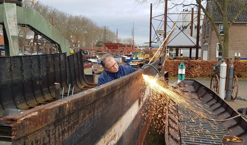 <p>Op Museumwerf Vreeswijk wordt onder meer gewerkt aan zandschip Christina, het kado voor jubilaris Nieuwegein en boltjalk Aeltje van baron Frans van Verschuer. Eigen foto</p>