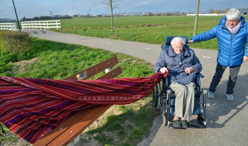 Linschoten 26-03-2021 De 100 jarige mevrouw Rina van  Oortmersen-Spiering onthult samen met haar dochter Petra Bergwerff op het Weidepad het bankje van LiBel