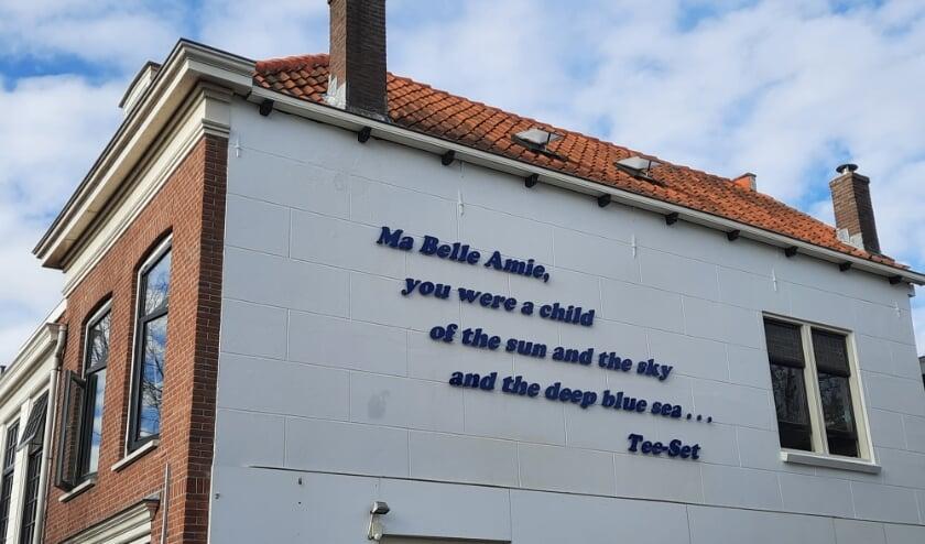 <p>Muurtekst in de Delftse Warmoezierstraat met tekst Ma Belle Amie.</p>