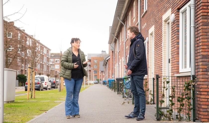 <p>Marja Mudde en Jeffrey Karremans staan voor de voormalige locatie van een buurthuis in Te Werve.</p>