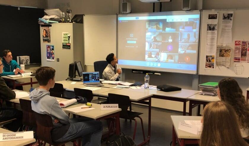 <p>Op het Minkema College zit de helft van de klas in de schoolbanken terwijl de andere helft vanuit huis meedoet. Foto: Minkema College</p>