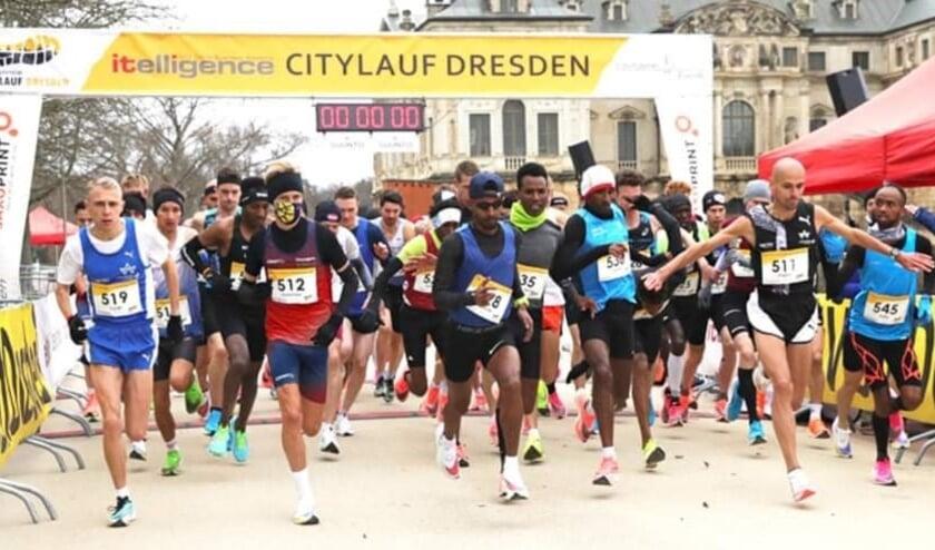 <p>Frank Futselaar (512) vertrekt in Dresden vanaf de eerste rij voor de halve marathon. Het mondkapje zal hij na enkele meters van zich af gooien.</p>