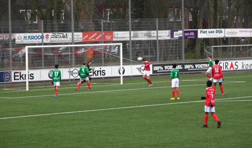 Noah Dekker (DOVO JO15-1) gaat hier in de eerste helft de 2-0 scoren.