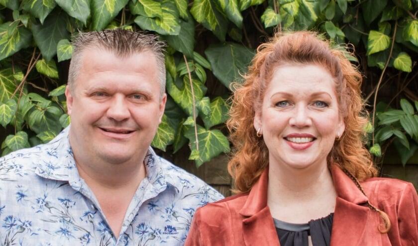 <p>Dennis en Annet poseren gewillig voor de camera, zodat ze mooi in de krant komen. En beiden waren net negatief getest, dus hoefden ze niet krampachtig afstand te houden.&nbsp;</p>