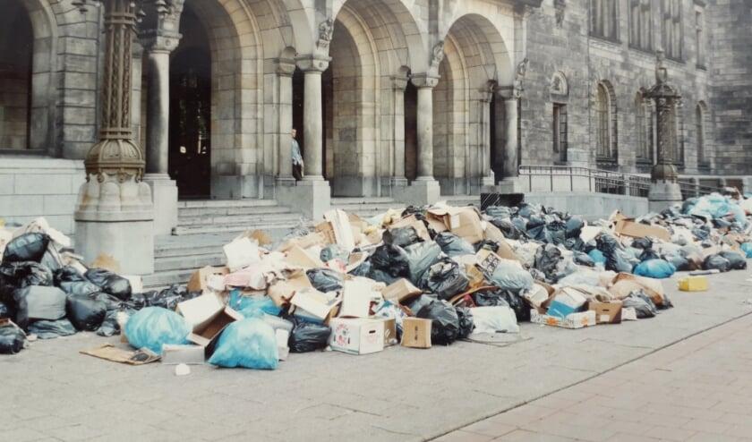<p>Vrijdag 4 juni 1993, op de trouwdag van Helma en Uulco lagen de trappen van het stadhuis bezaaid met vuilniszakken.</p>