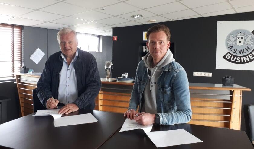 <p>ASWH-trainer Rogier Veenstra tekent nieuwe contract.</p>