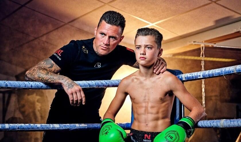 <p>Nieky Holzken en zijn 14-jarige zoon Geraldo geven een kickboksclinic.</p>
