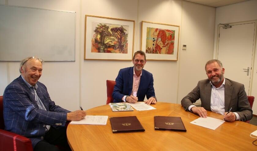 <p>De handtekeningen werden gezet door de directeuren Andr&eacute; Groen (links) en Harry van Zandwijk (rechts) namens de ontwikkelende partij en wethouder Bob Duindam.</p>