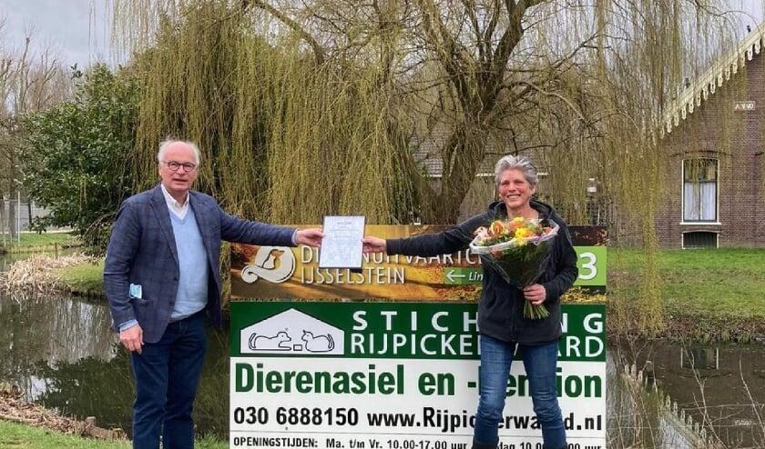 <p>Marc van Dijk, voorzitter van de Nederlandse Federatie Dierenopvang Organisaties (de NFDO), reikte de erkenning uit aan de beheerder van het dierenopvangcentrum, Karin Spies.</p>