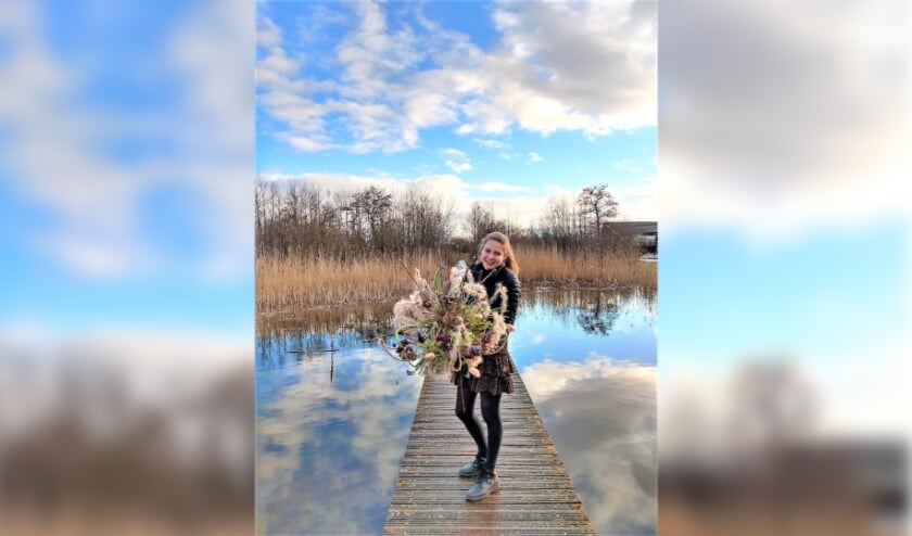 <p>Nienke van Beijnum op het houten looppad in de Groene Grens: een mooie omgeving om het winnende bloemstuk te tonen! (Eigen foto)</p>